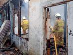 petugas-damkar-memadamkan-api-di-rumah-yang-terbakar-di-jalan-kalibata-utara-2-pancoran.jpg