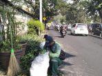 petugas-dari-sudin-pertamanan-pemakaman-jakarta-barat-fahmi.jpg