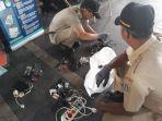 petugas-dinas-lingkungan-hidup-mengangkut-limbah-elektronik.jpg