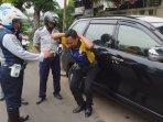 petugas-dishub-hukum-sopir-taksi-online.jpg