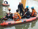 petugas-gabungan-mencari-solihun-menggunakan-perahu-karet-di-kali-banjir-kanal-barat-bkb.jpg