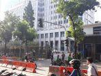 petugas-keamanan-tampak-berjaga-di-depan-gedung-bi.jpg