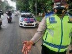 petugas-kepolisian-ambil-paku-di-jalan.jpg