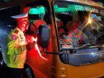petugas-memberhentikan-mobil-travel.jpg