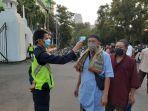 petugas-memeriksa-suhu-tubuh-jemaah-salat-idul-adha-di-masjid-agung-al-azhar-1.jpg