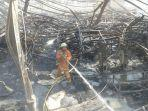 petugas-mendinginkan-pabrik-furniture-yang-terbakar.jpg