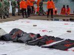 petugas-mengevakuasi-kantong-jenazah-pesawat-sriwijaya-air.jpg