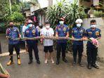 petugas-mengevakuasi-ular-sanca-batik-sepanjang-4-meter.jpg