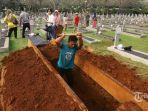 petugas-menggali-tanah-untuk-makam-almarhumah-ani-yudhoyono-istri-presiden-ke-6-ri-di-blok-m-129.jpg