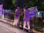 petugas-menurunkan-apk-di-pagar-pembatas-jalan-di-wilayah-tambora.jpg