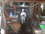 petugas-menyemprotkan-disinfektan-di-pasar-tempel-pondok-labu-yang-ditutup-sementara-jumat-3.jpg
