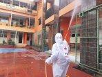 petugas-palang-merah-indonesia-pmi-dki-menyemprotkan-cairan.jpg