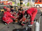 petugas-pemadam-kebakaran-yang-mendapatkan-pertolongan-dari-pmi-kota-tangerang.jpg