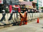 petugas-ppsu-mengecat-beton-pembatas-jalan-di-kawasan-pasar-minggu-jakarta-selatan.jpg