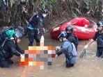 petugas-saat-mengevakuasi-korban-di-kali-pesanggrahan-kamis-2242021.jpg