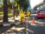 petugas-sudin-bina-marga-memperbaiki-trotoar-di-kawasan-setiabudi.jpg