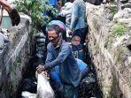 petugas-sumber-daya-air-jakarta-pusat-menguras-saluran-air-di-rw-08-kelurahan-bendungan.jpg