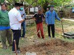 petugas-tengah-menyiapkan-makam-untuk-jenazah-sekretaris-daerah-dki-jakarta-saefullah.jpg