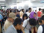 petugas-tiket-offline-kereta-mrt-sedang-melayani-para-calon-penumpang.jpg