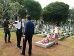 peziarah-berfoto-di-depan-makam-ibu-negara-ri-keenam-ani-yudhoyono.jpg