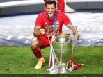 philippe-coutinho-berpose-dengan-trofi-juara-liga-champions.jpg