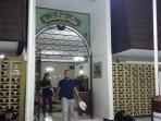 pintu-utama-masjid-al-hikmah-sarinah.jpg