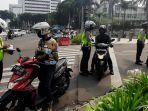 polisi-lalu-lintas-menilang-sejumlah-pengendara-roda-dua-di-jalan-imam-bonjol.jpg