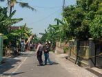 polisi-masih-mengamankan-tkp-di-rumah-yang-ditemukan-satu-keluarga-tewas-mengenaskan.jpg