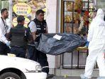 polisi-meksiko-membawa-kantong-jenaza-berisi-korban-kekejaman-kartel-pimpinan-el-mencho.jpg