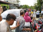polisi-membawa-tiga-orang-keluarga-tersangka-bom-bunuh-diri.jpg