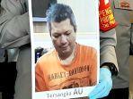polisi-memegang-foto-gambar-tersangka-au-bandar-narkoba-saat-konferensi-pers.jpg