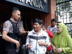 polisi-memeriksa-barang-bawaan-pengunjung-di-mapolres-metro-jakarta-barat.jpg