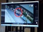 polisi-menampilkan-rekaman-cctv-mobil-pelaku-penabrak-satu-keluarga-oleh.jpg