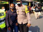 polisi-mengamankan-peternak-ayam-suroto-yang-membentangkan-poster-ke-arah-presiden-jokowi.jpg