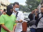 polisi-menggiring-dd-44-oknum-guru-cabul-di-kabupaten-cianjur.jpg