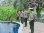 polisi-saat-melakukan-penyelidikan-di-kolam-renang-villa-sanghyang.jpg