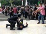 polisi-smackdown-mahasiswa-pendemo-di-halaman-kantor-bupati-tangerang.jpg