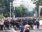 polisi-tampak-berjaga-di-sekitar-patung-kuda.jpg