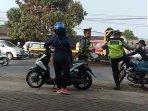 polisi-tendang-pengendara-motor.jpg