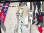 potongan-video-saat-perampok-bersenpi-mengancam-karyawan-minimarket-di-tamansari-jakarta-barat.jpg