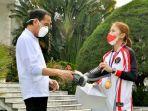 presiden-joko-widodo-melihat-sepatu-produk-umkm-milik-greysia-polii.jpg