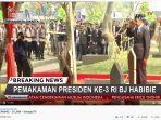 presiden-jokowi-memberikan-penghormatan-di-depan-makan-bj-habibie.jpg