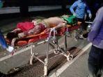pria-berbaju-merah-terkapar-dan-tulang-kakinya-patah-setelah-tabrakan-motor.jpg