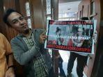 pria-membawa-poster-bertuliskan-kalimat-dukungan-kepada-luthfi-alfiandi.jpg