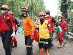 proses-evakuasi-jenazah-korban-tsunami-selat-sunda-didalam-aliran-kali.jpg