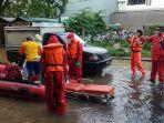 proses-evakuasi-pasien-terkonfirmasi-covid-19-warga-korban-banjir-di-jakarta-timur.jpg