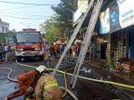 proses-pemadaman-api-duren-sawit-selasa-2072021.jpg
