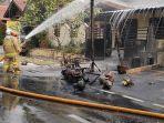 proses-pemadaman-motor-yang-terbakar-di-jatinegara-rabu-582020.jpg