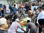 proses-pemakaman-dr-soeko-salah-satu-korban-kerusuhan-wamena.jpg