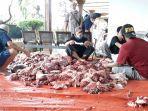proses-pemotongan-daging-hewan-kurban-di-masjid-jami-al-akhyar-kelurahan-gedong-sebelum.jpg